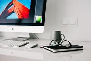 Germi e batteri su tastiera e mouse in ufficio